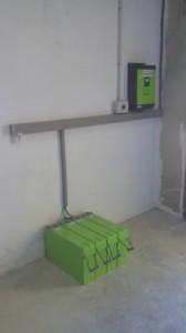 Conjunto inversor, regulador de carga, cargador, selector manual de modo y baterias