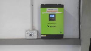 Inversor, con regulador de carga MPPT y cargador de batería incorporado.